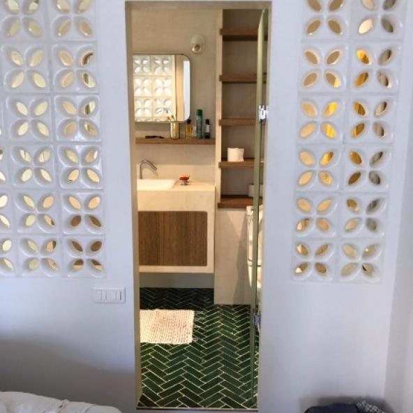 Création d'une salle de bains ouverte par des claustras -Paris 17e